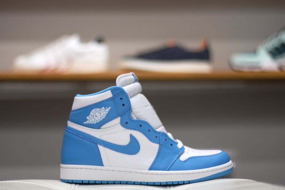 "Image of AIR JORDAN RETRO 1 HI OG ""UNC"" 555088-117"