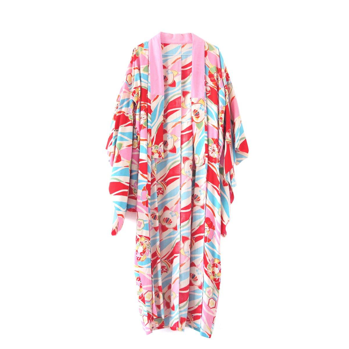 Image of Multifarvet kimono med æbler og rosa krave