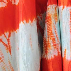Image of Koral og turkis shibori mønstret silkekimono