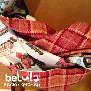 Image of Cuello capucha reversible: rosa cuadros trenes