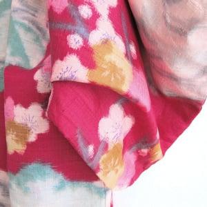 Image of fouschafarvet kimono af råsilke med hvide kirsebærblomster