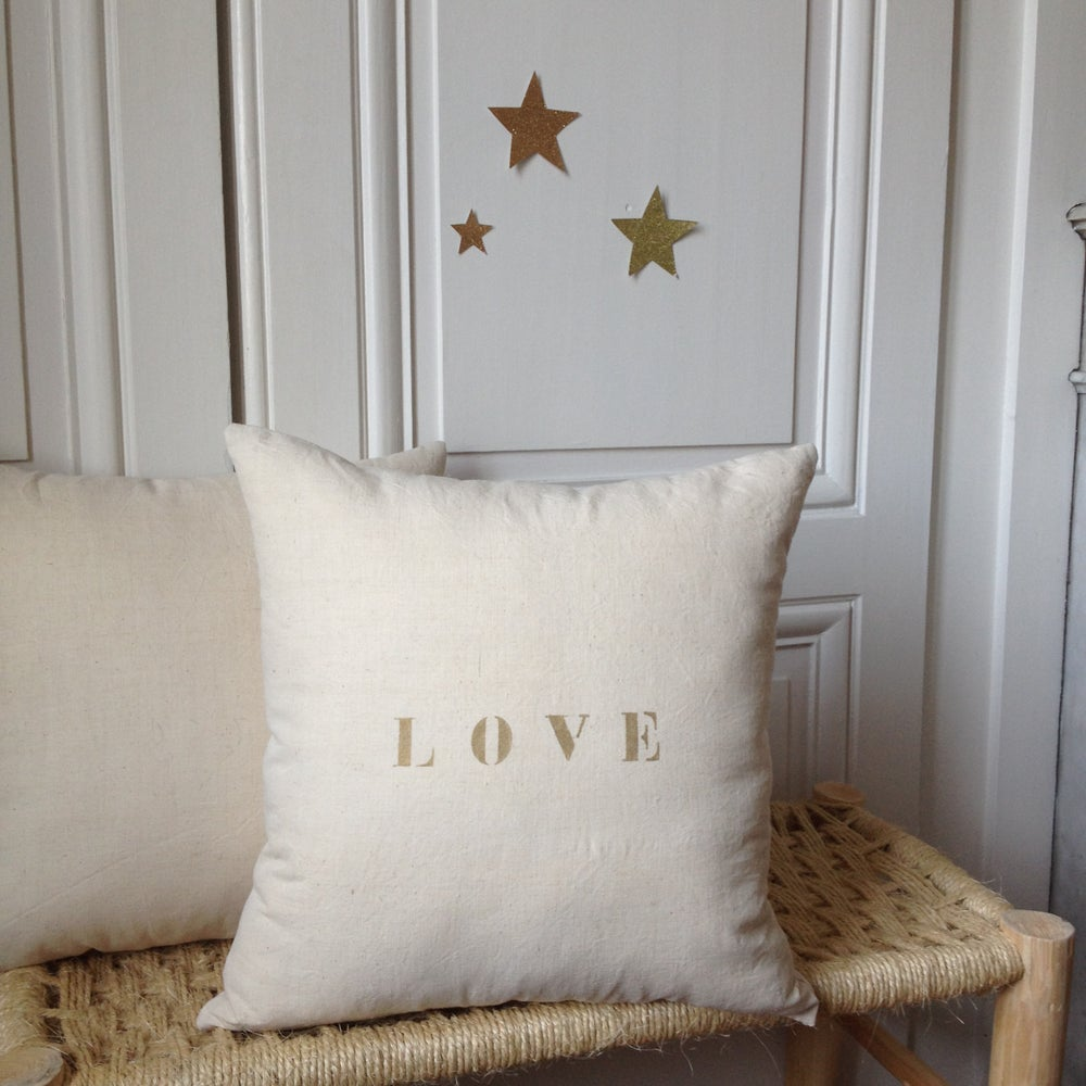 Image of coussin écru LOVE or medium