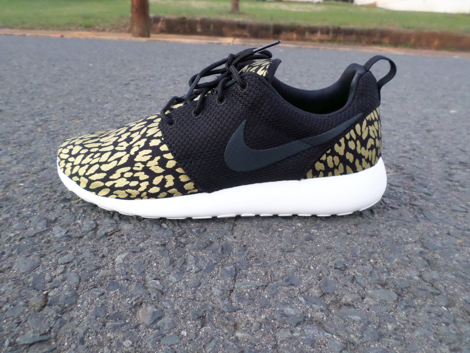 nike roshe one grey gold