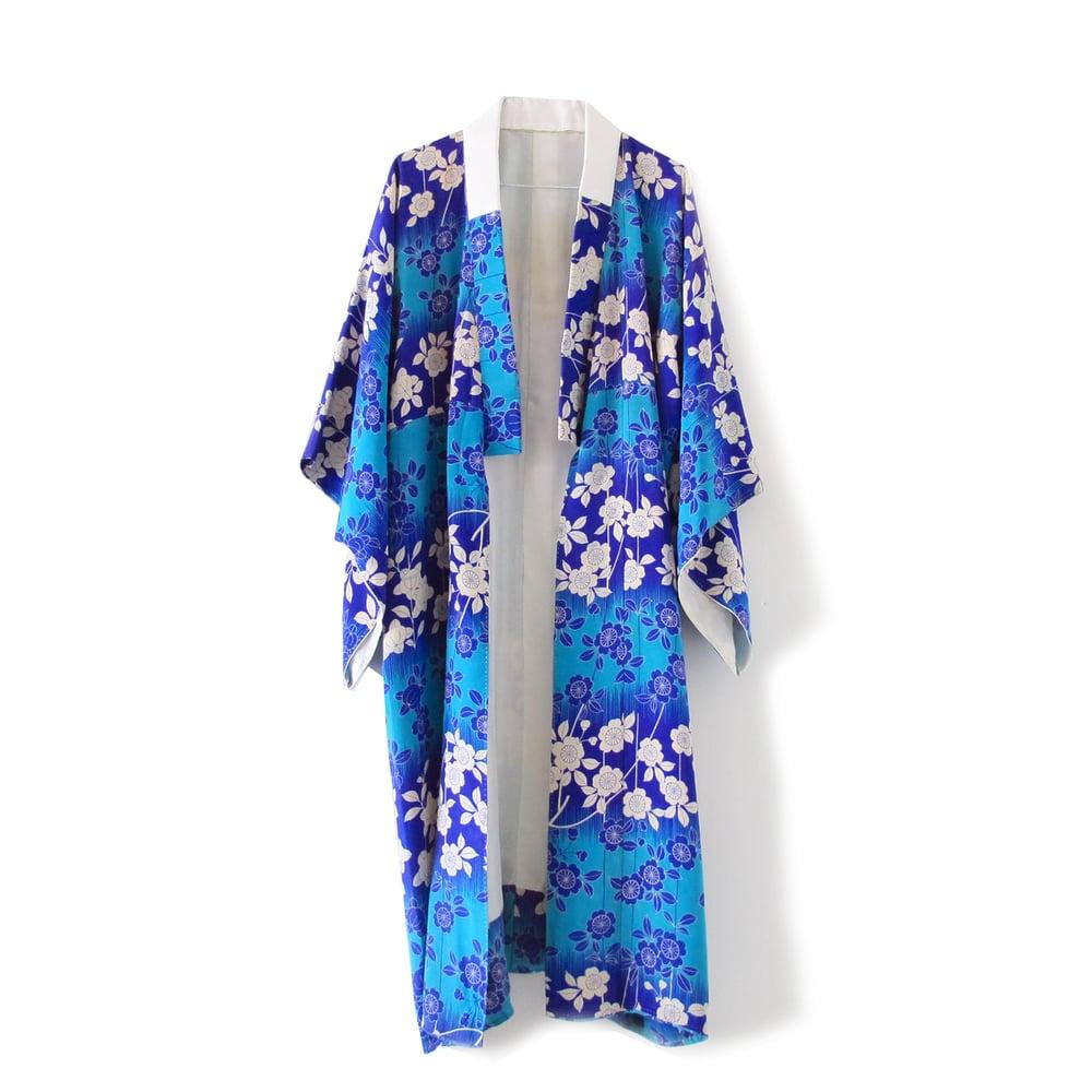 Image of Blå silkekimono med blå og hvide blomster