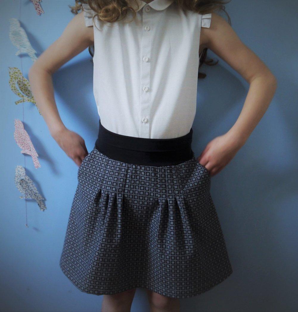 Image of Jupe trapèze confortable, à plis pour enfant, ceinture jersey.