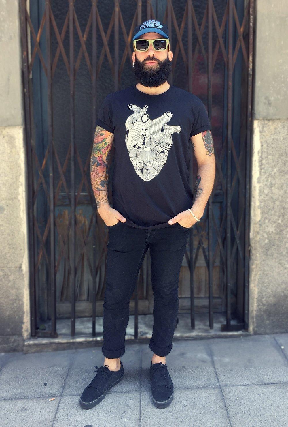 Image of Camiseta negra CUELLO CERRADO CORAZON