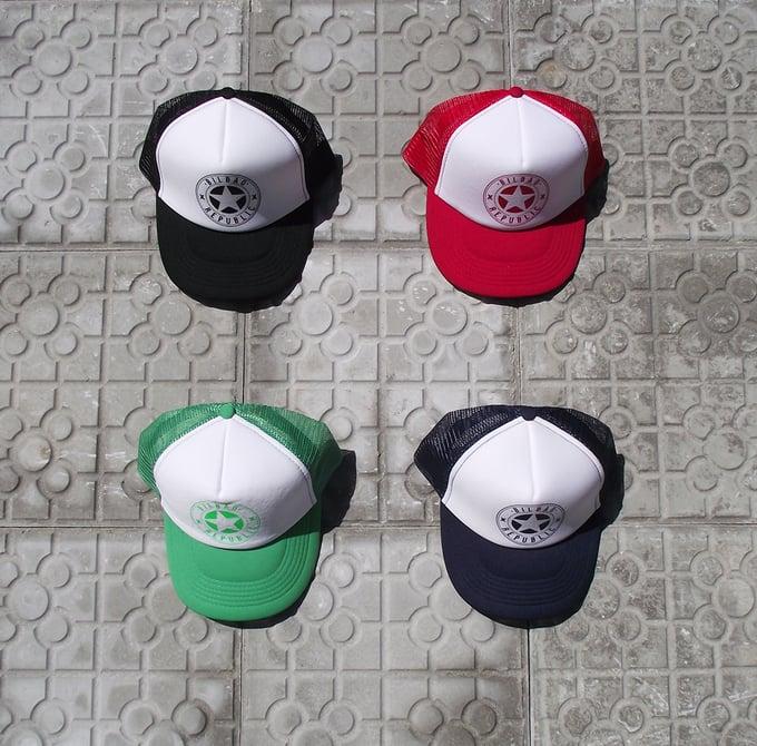 Image of Gorras rojas, azules, verdes y negras