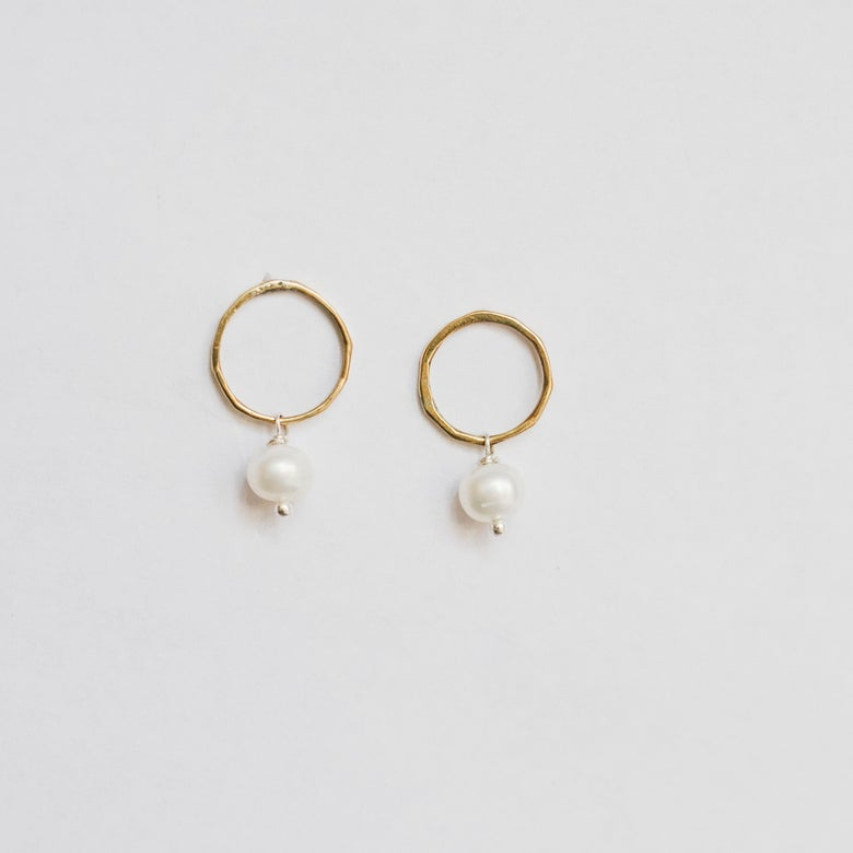 Image of Circle Pearl studs brass