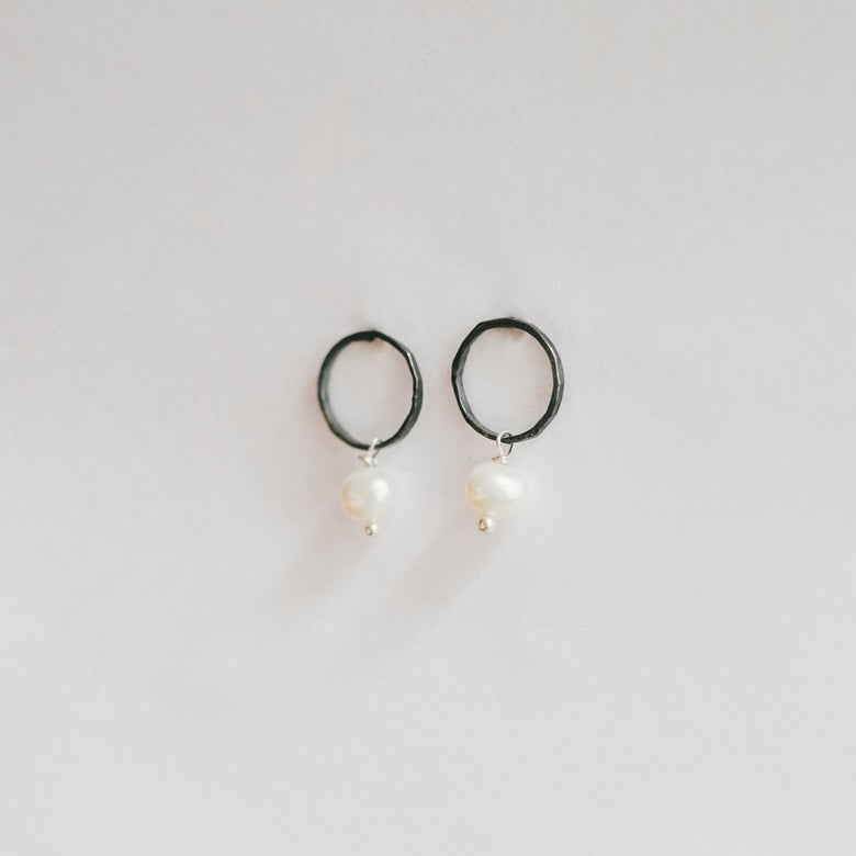 Image of Circle Pearl studs ox