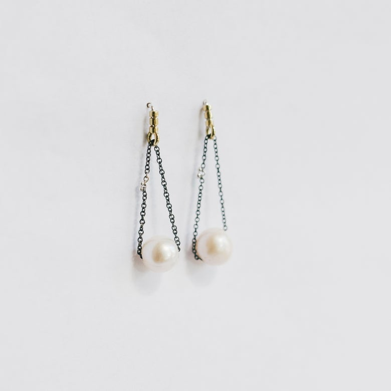 Image of Chain pearl studs