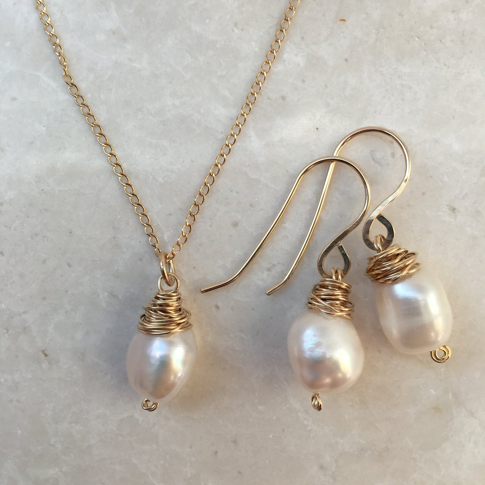 Image of Freshwater pearl gold earrings and necklace gift set