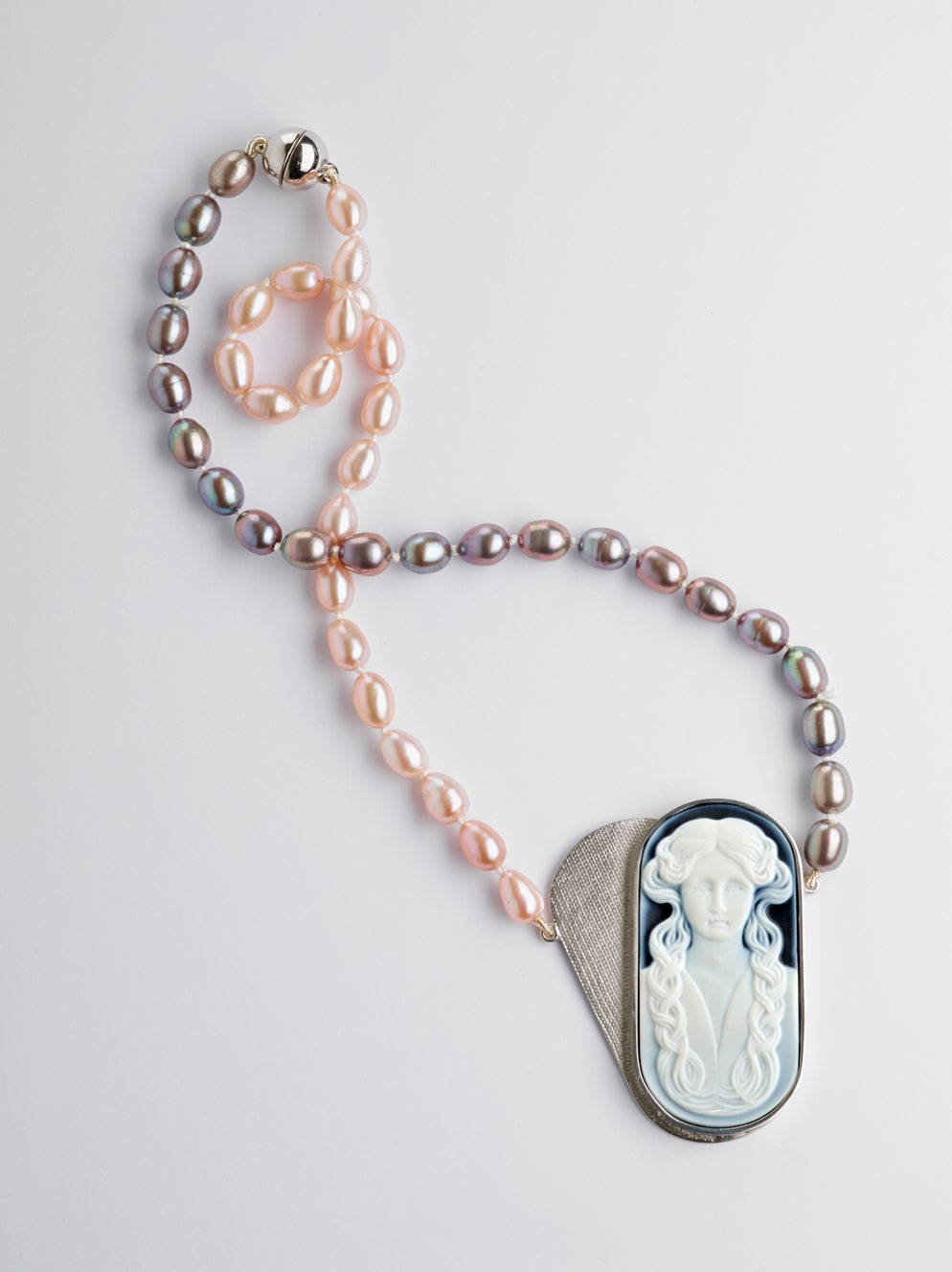 Image of 'Précieuses envies' necklace with onyx cameo and pearls - halsketting in zilver parels en camee