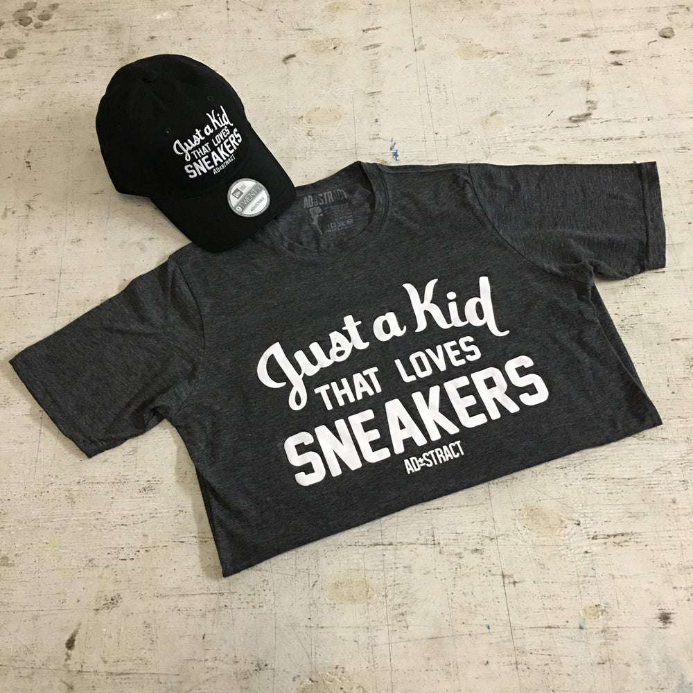 JUST A KID THAT LOVES SNEAKERS (CHARCOAL/WHITE) T-SHIRT