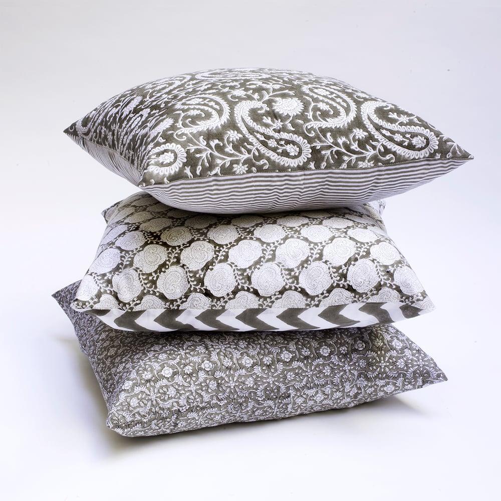 Image of Coussin en coton imprimé kaki Carré • BRADERIE •