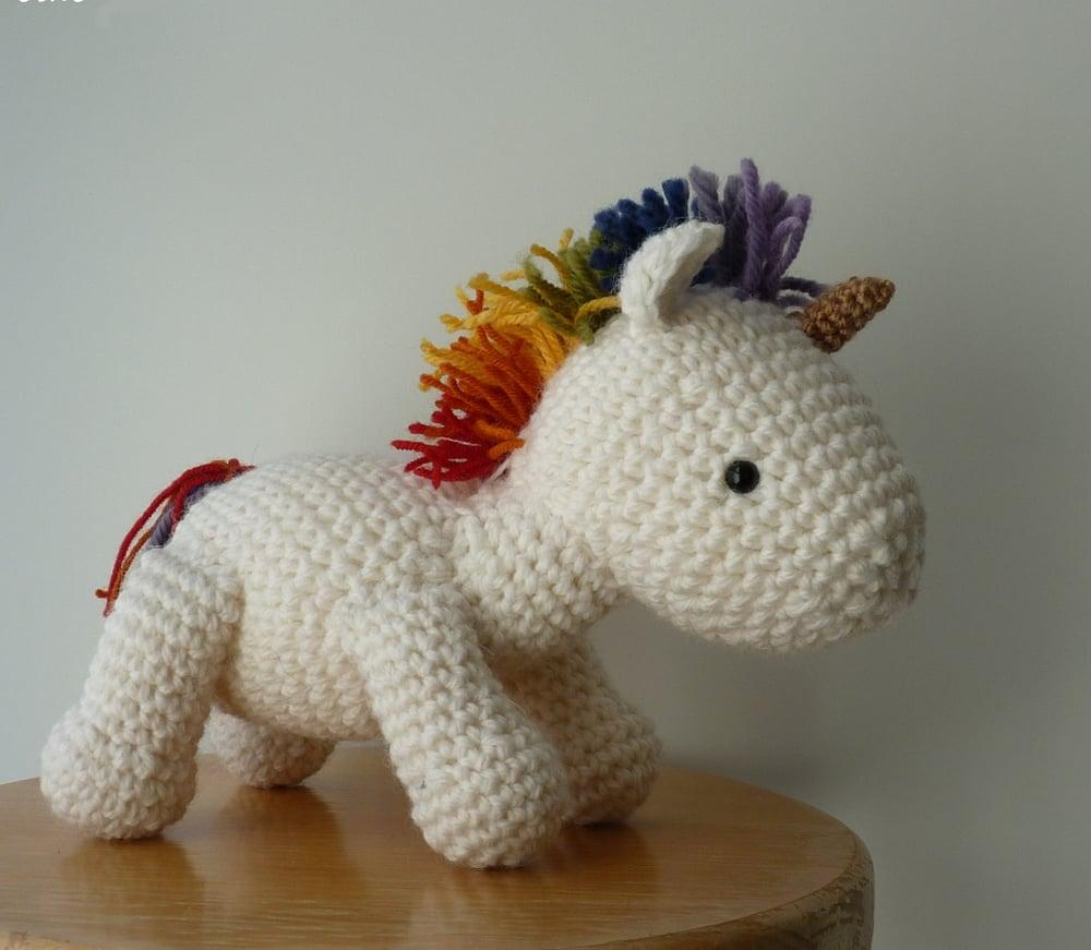 Image of Patron Peluche Licorne arc-en-ciel au crochet