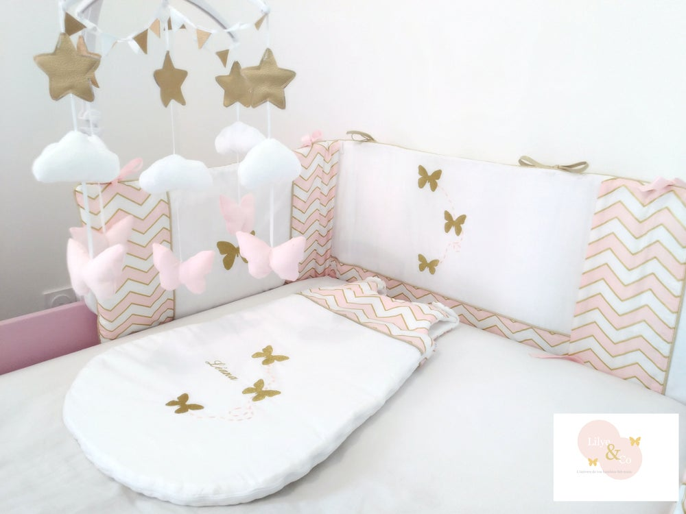 Image of Sur commande: Tour de lit bébé personnalisable rectangulaire, rose et doré, thème papillon.