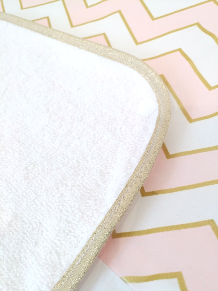 Image of Sur commande: Housse de matelas à langer chevrons or et rose.