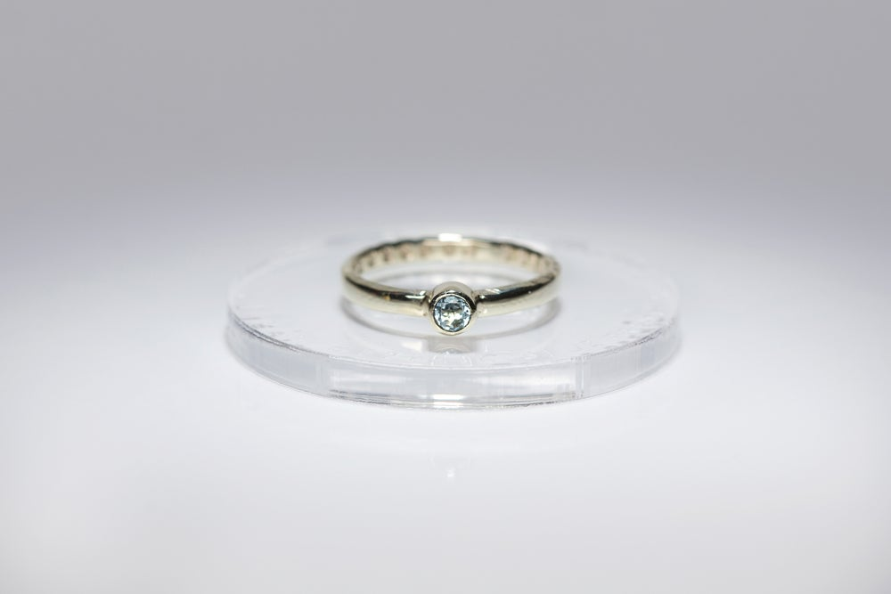 """Image of """"All you need is love"""" electrum ring with blue topaz  · AMORE TANTUM OPUS EST ·"""