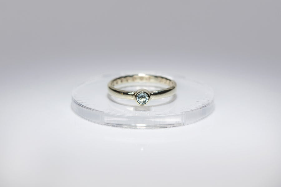 Image of electrum ring with blue topaz AMORE TANTUM OPUS EST
