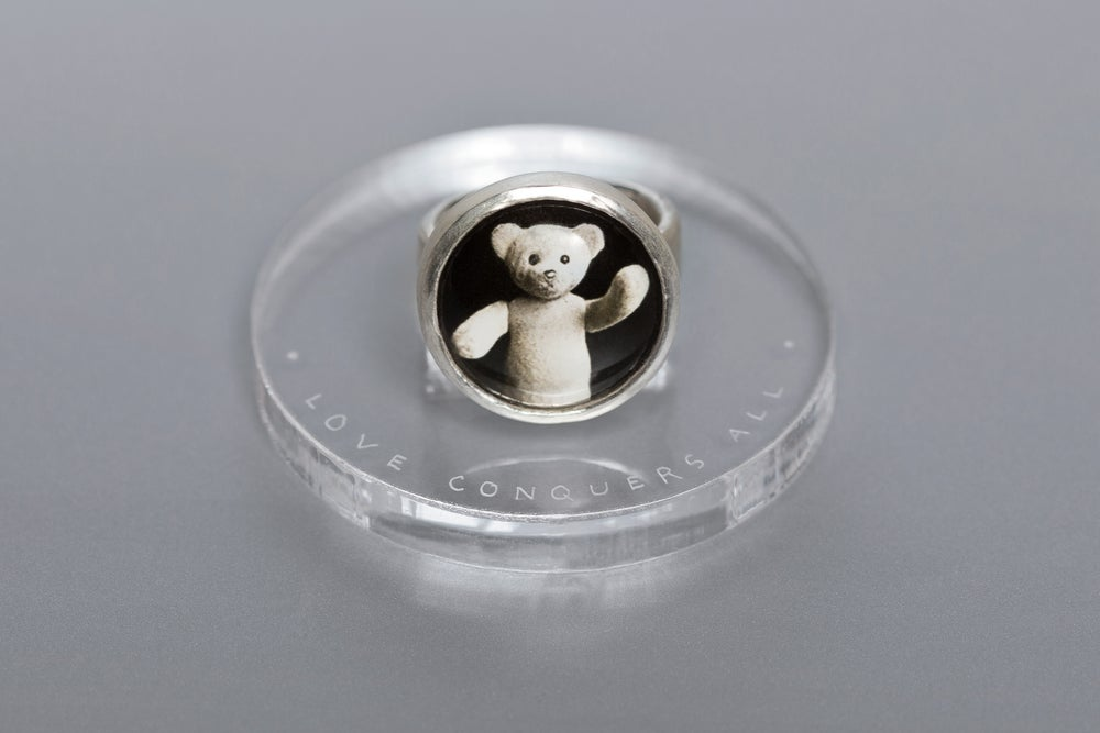 """Image of """"Love conquers all"""" teddy-bear's silver ring with photo and rock crystal  · AMOR VINCIT OMNIA ·"""