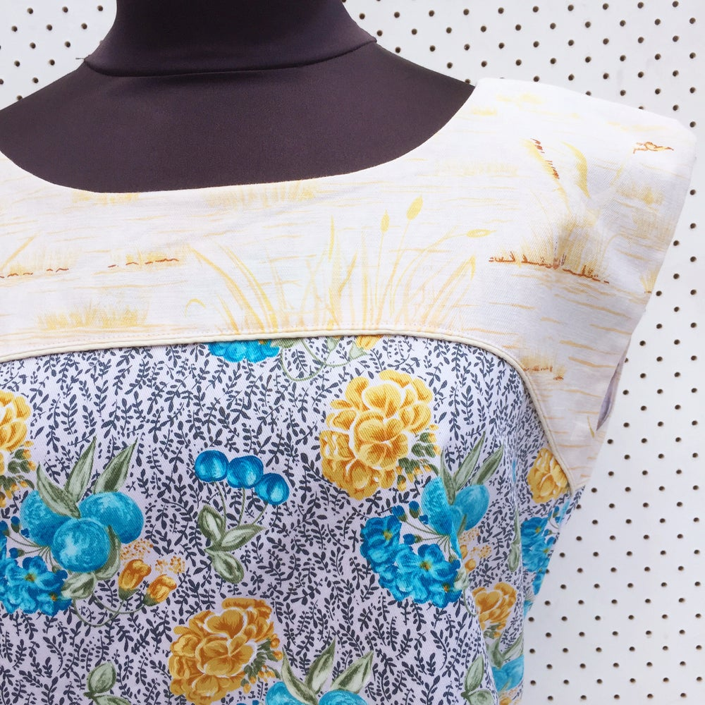 Image of Size medium top - swan floral.