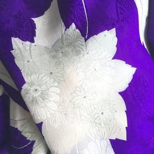 Image of lilla silke kimono med pastel blomster og striber