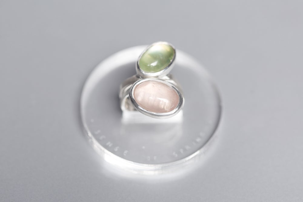 "Image of ""Sense of spring"" silver rings with prehnite and rose quartz  · SENSUS VERIS ·"