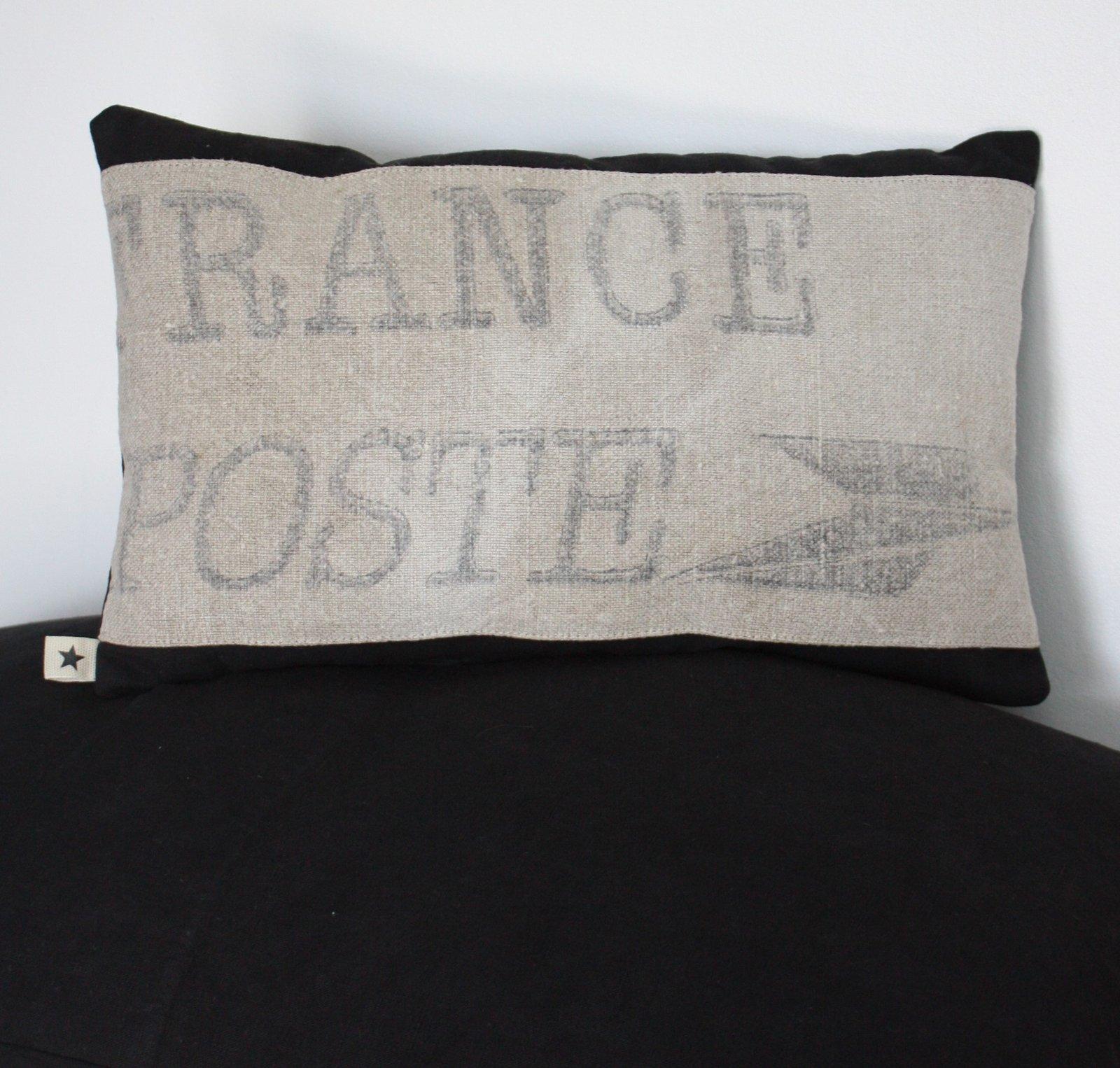petit coussin noir poste le grenier de ninon. Black Bedroom Furniture Sets. Home Design Ideas