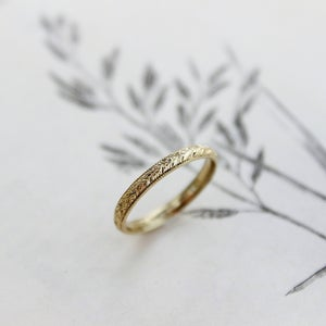 Image of 18ct gold 2mm laurel leaf and milled edge engraved