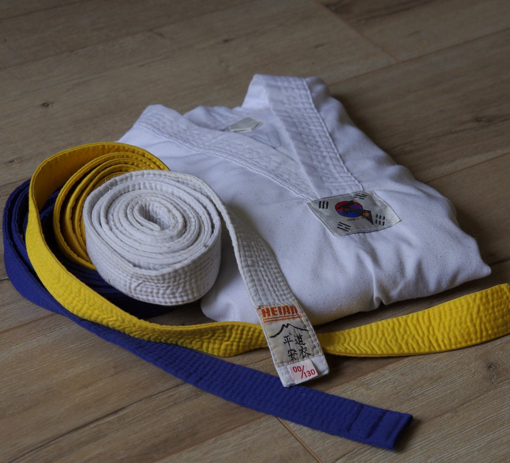 Image of Dobok de Taekwondo + ceintures /gants +protection tibia