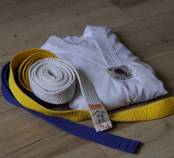 Image of Dobok de Taekwondo + ceintures /gants +protection tibia