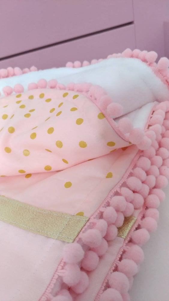 Image of Sur commande: couverture pompons hiver bébé fille, avec broderie prénom