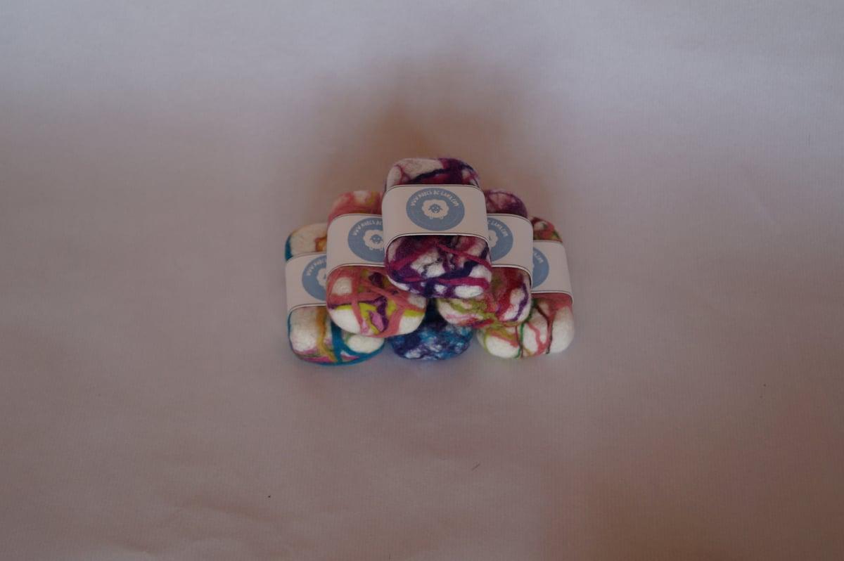 Image of Jabón afieltrado colores lavanda