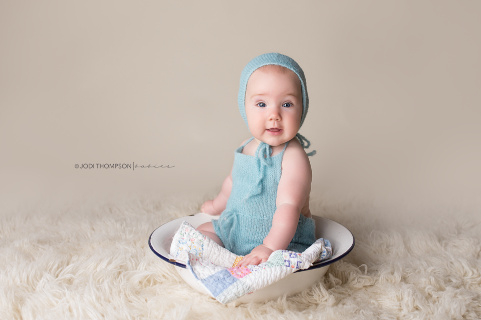 Image of 6-12 moths baby set romper and classic bonnet Sitter photography set