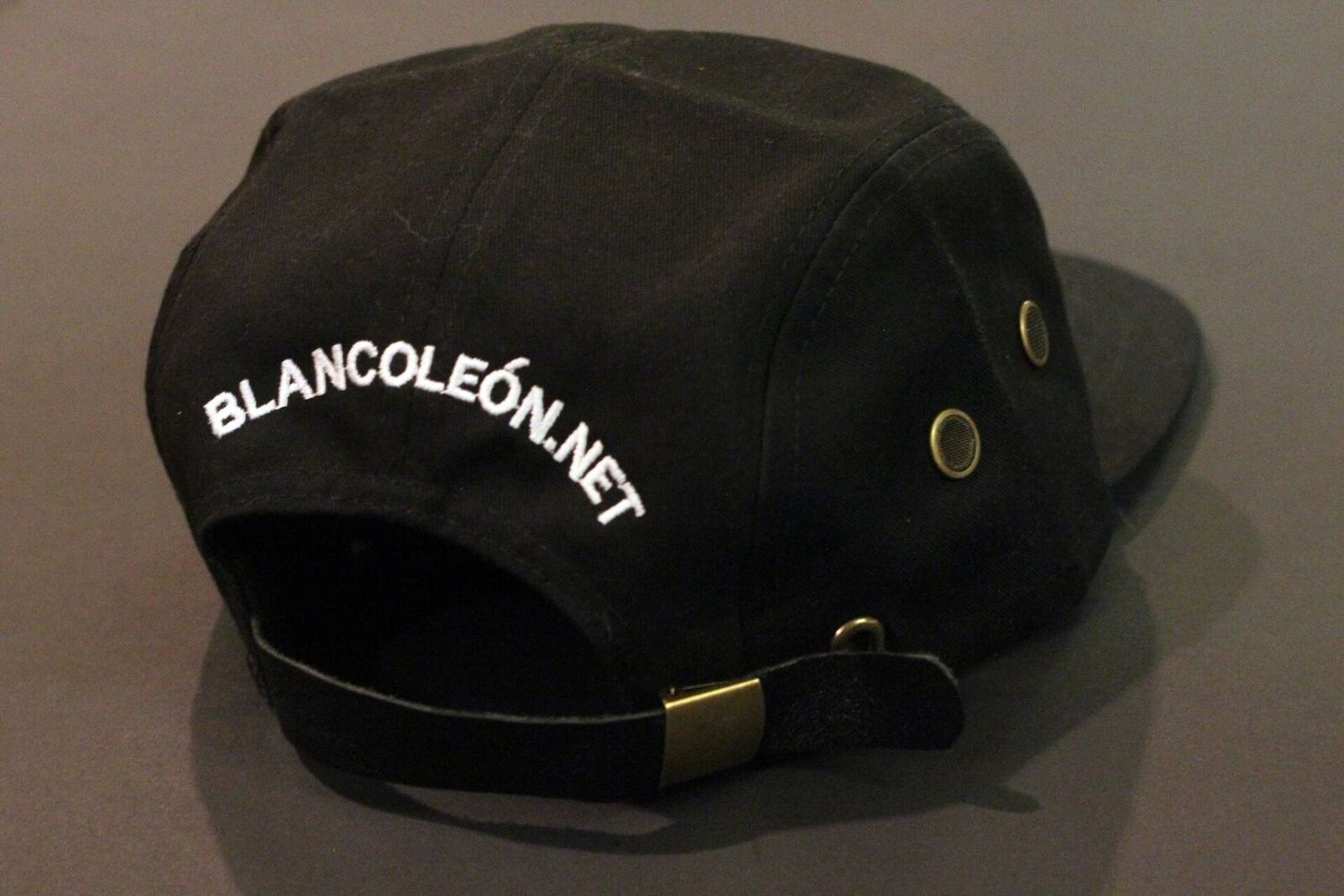 Image of León 5 PANEL hat Black/White