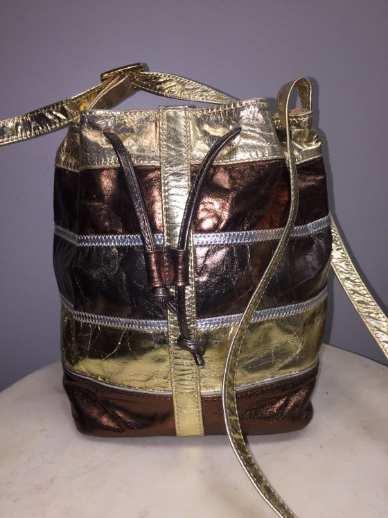 Image of VTG COLOR BLOCK METALLIC LEATHER MESSENGER BUCKET DRAWSTRING  PURSE