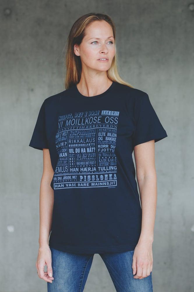 """Image of T-skjorte """"Vi moillkose oss"""" (Vest-Finnmark)"""