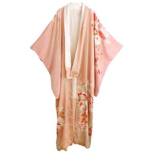 Image of Cremefarvet silke kimono med blomster krans og silke brokader