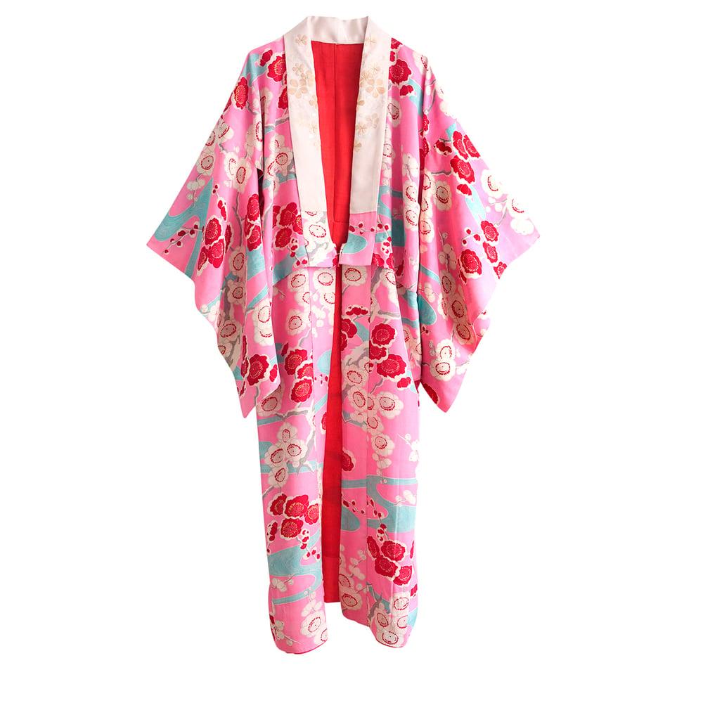 Image of pink silke kimono med blommeblomster og broderet krave