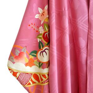 Image of Silke kimono i dyb rosa med farvede blomster ranker