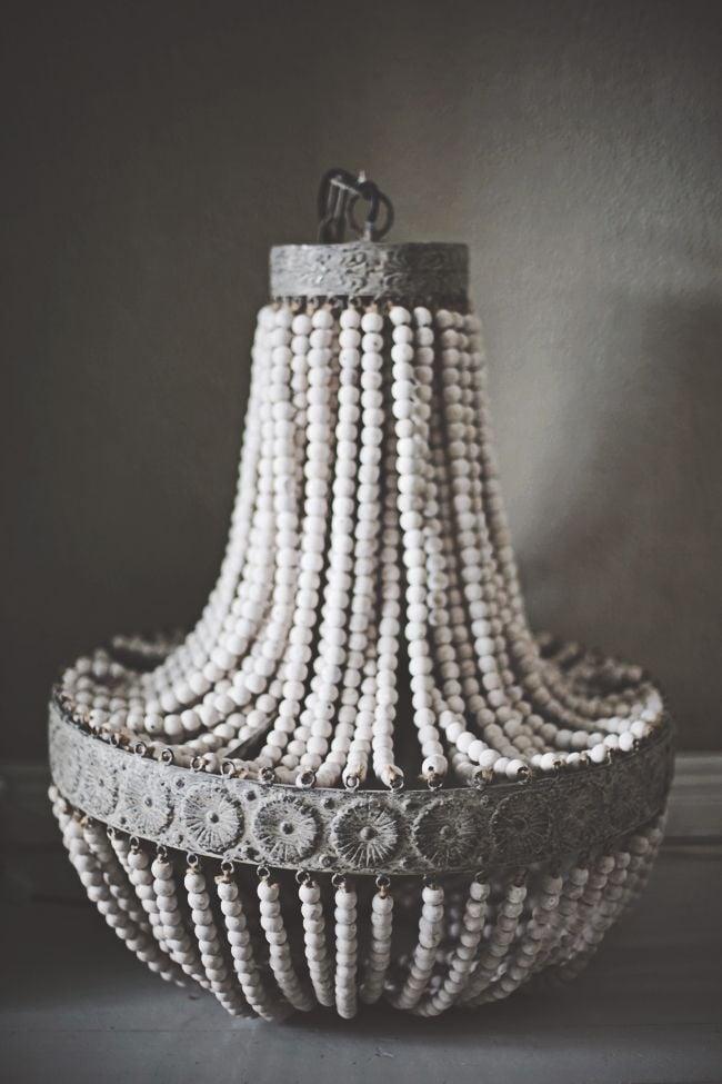 Image of Lampadario a pera boho chic con perline in legno bianco antico