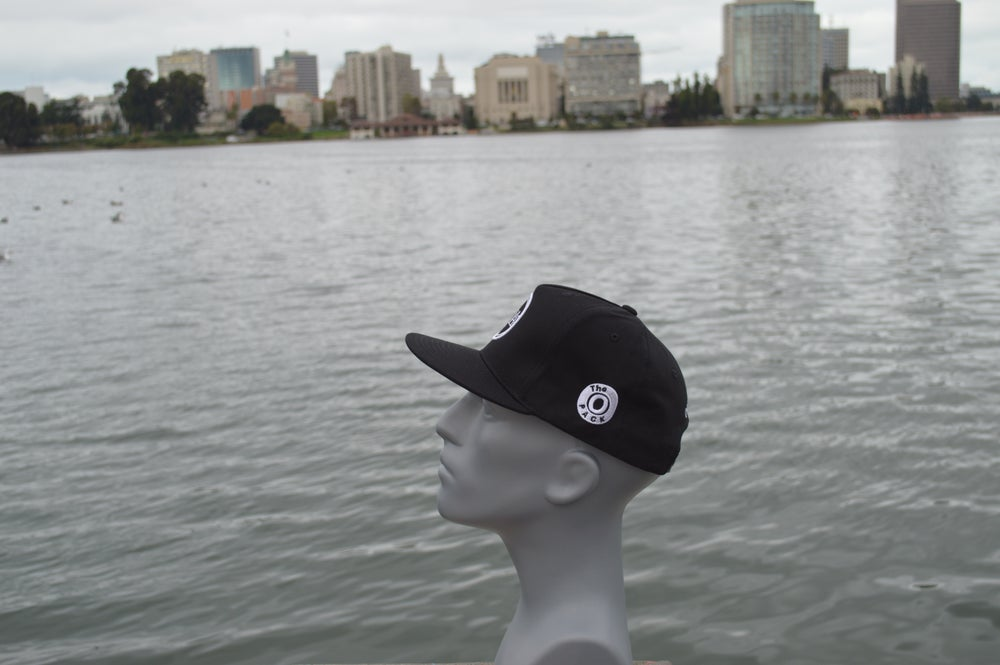 Image of The O black and white snap-back.