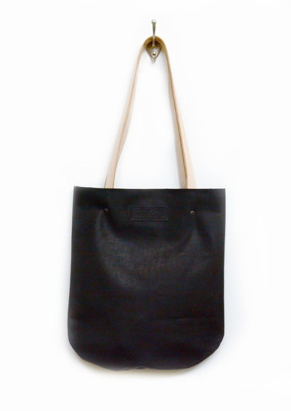Image of Curvey Black Leather Tote Bag, Smooth and Sturdy Leather Shoulderbag