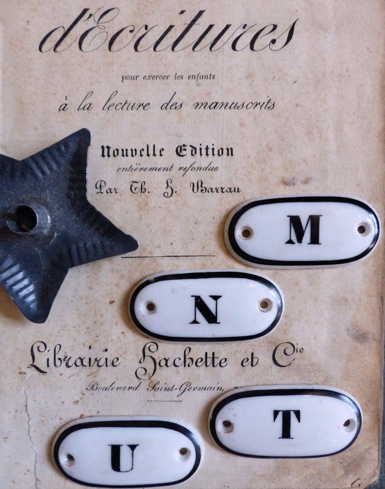 Image of Anciennes étiquettes d'apothicaire en porcelaine. Alphabet.