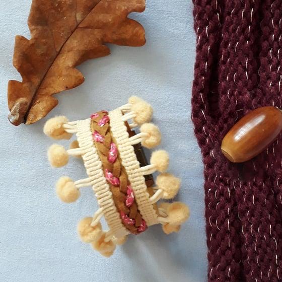 Image of Bracelet *femme* - manchette tressé double pompons : beige et camel