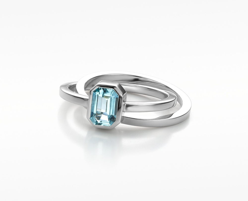 Image of 'Pure Line' white gold ring with aquamarine - solitaire ring wit goud aquamarijn
