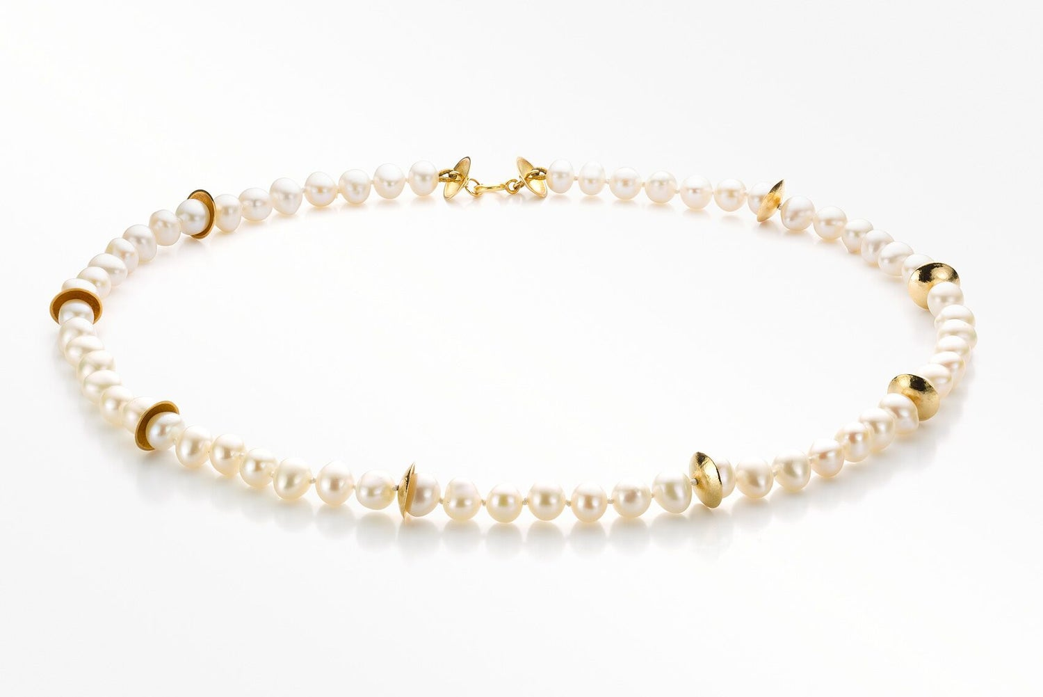 Image of 'Pearl' necklace gold white pearls - parelcollier goud