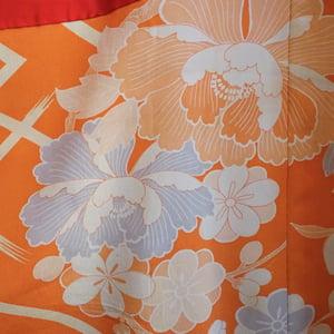 Image of Silke kimono brændt orange med silketråds-broderet krysantemum