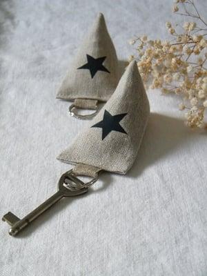 Image of Porte clés berlingot en lin, motif étoile grise