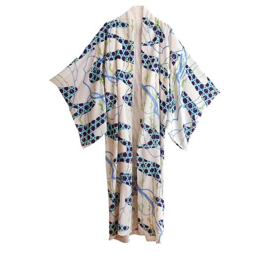 Image of silke kimono med pilegrene og floder.